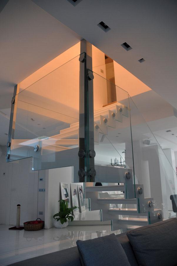 Scala in aciaio inox a specchio gradini in pasta di vetro