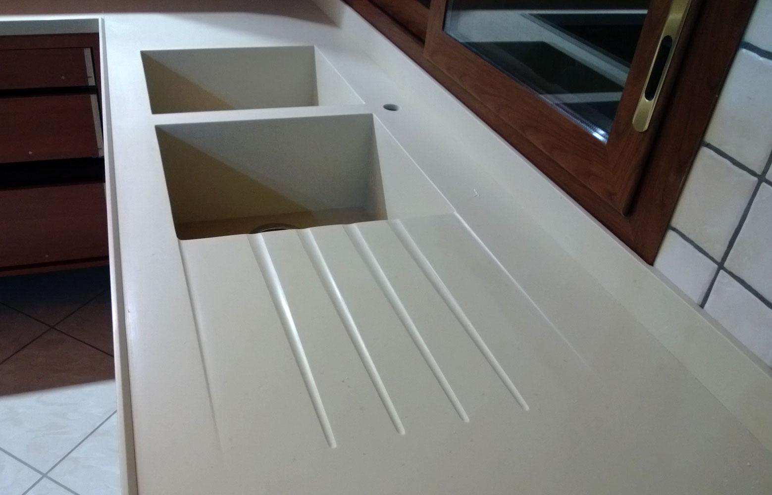 Fase di montaggio di un piano cu - Top corian cucina ...